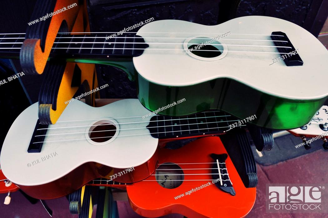 Imagen: Guitars in the showcase of a music store in Kauaii, Hawaii, USA.