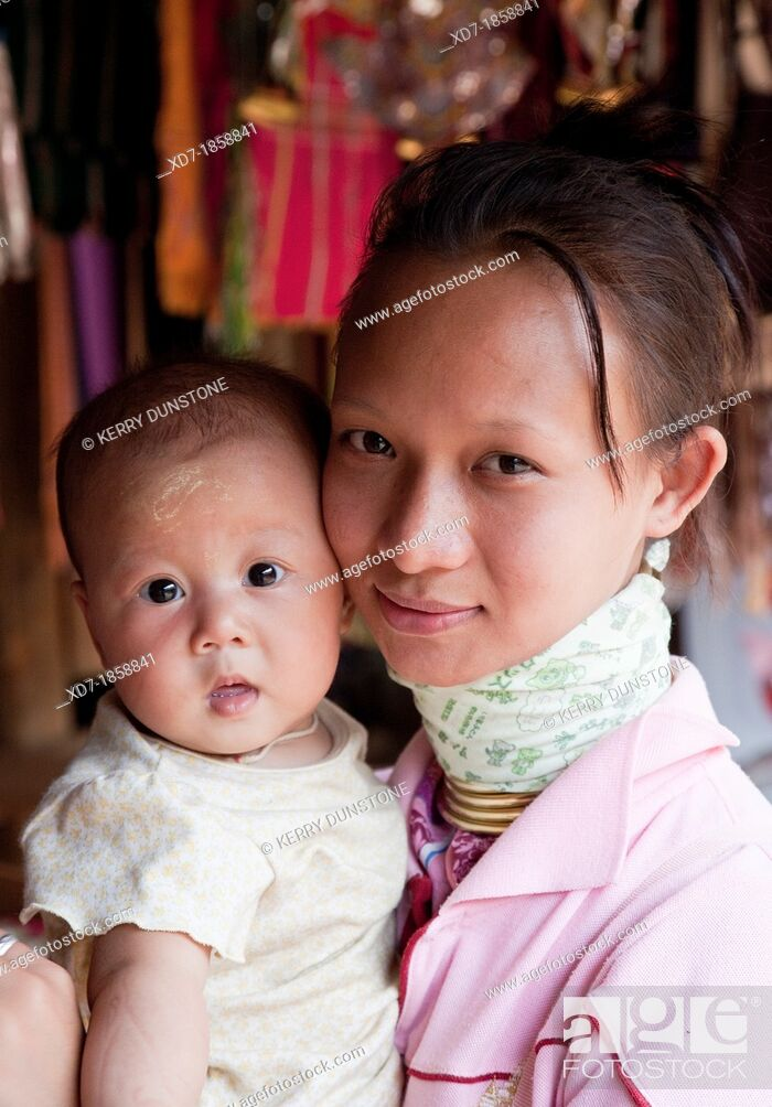 Imagen: Woman from the Kayan minority group with her baby, Huai Seau Tao, Mae Hong Son Province, Thailand.