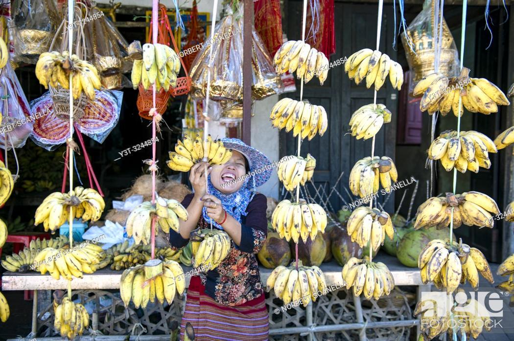 Stock Photo: MYANMAR (EX BIRMANIE). KAYIN STATE (STATE KAREN). HPA AN. BANANA SELLERS.