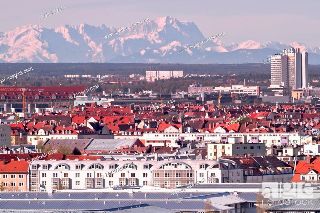 Stock Photo: München bei Föhn mit Blick auf die Zugspitze.