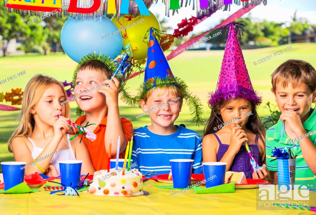 Imagen: Kids at Birthday Party, Cake and Balloons.
