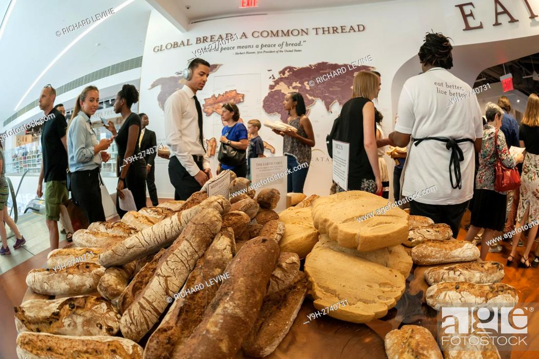 Imagen: International loaves of bread greet shoppers at the grand opening of Eataly Downtown in Lower Manhattan in New York. Located in 4 World Trade Center the.