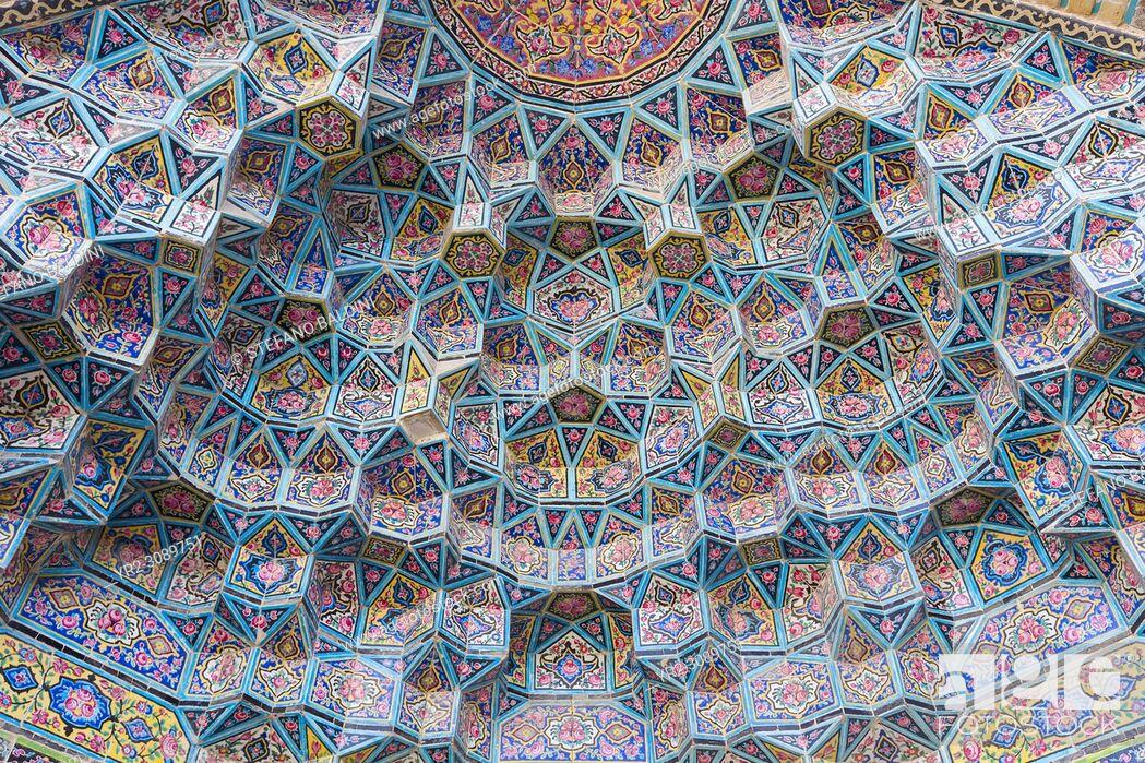 Imagen: Honeycomb vault or muqarnas at Masjed-e Nasir al-Molk, also known as pink mosque, Shiraz, Iran.