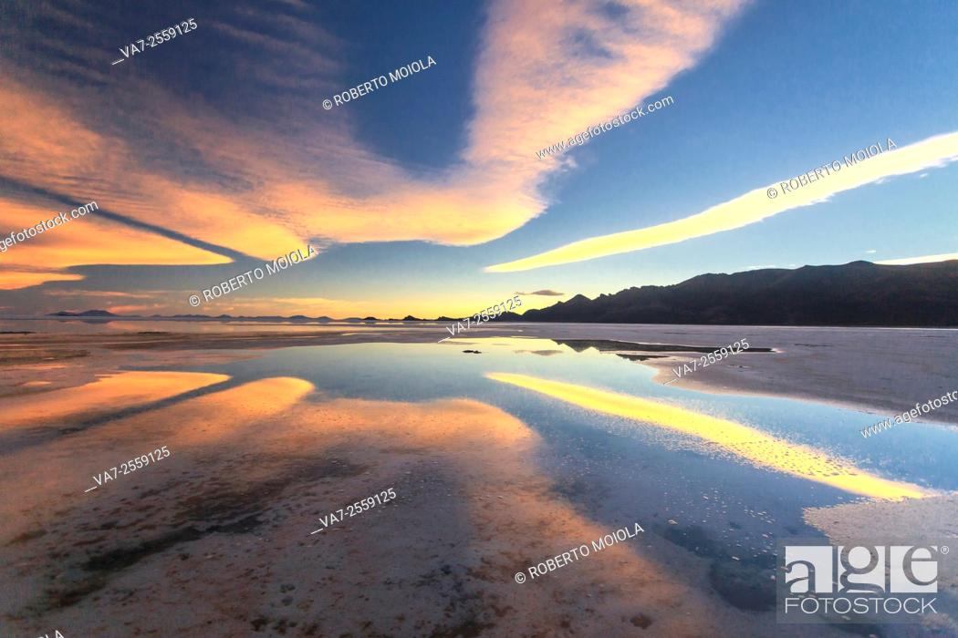 Imagen: Sunset at Salar de Uyuni the world's largest salt flat located in Bolivia,at an elevation of 3656 meters above sea level.