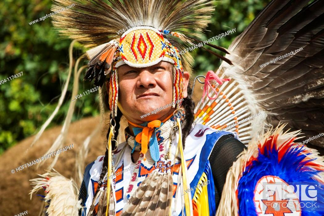 Imagen: Native American in traditional costume at a powwow in Alberta, Canada.
