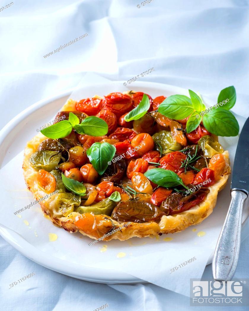 Photo de stock: Tarte tatin with heirloom tomatoes and basil.