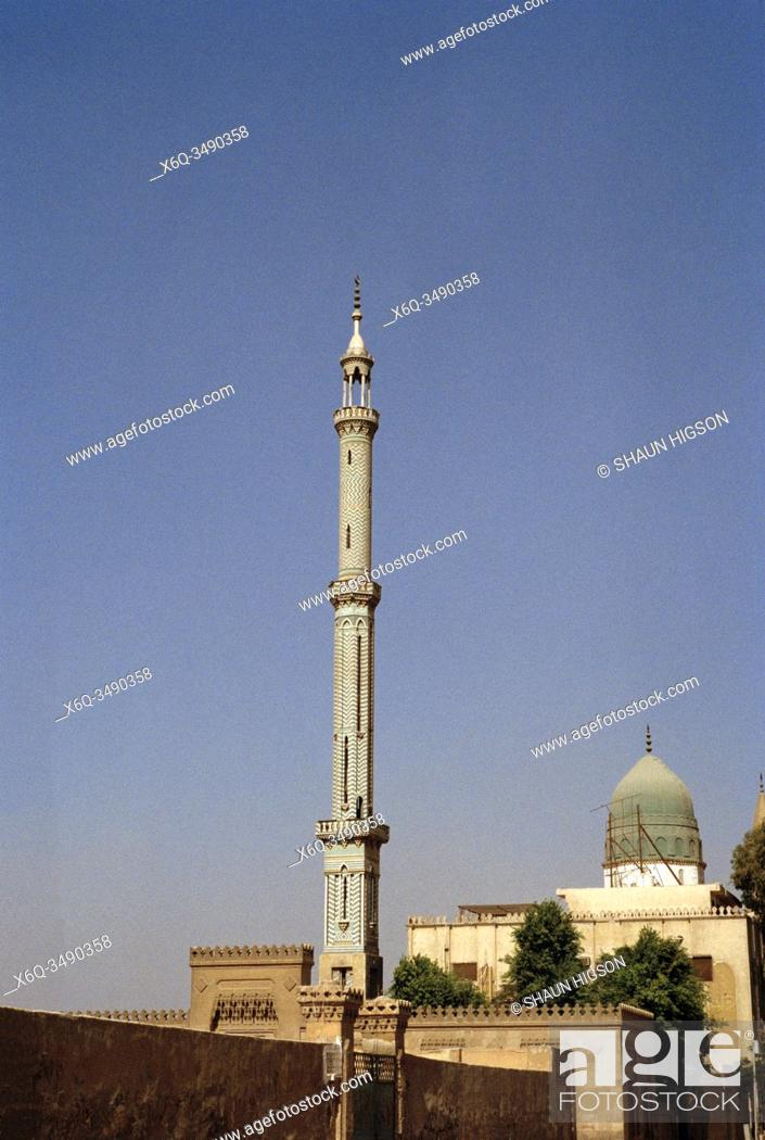 Imagen: Mosque minaret in the City of the Dead in Cairo in Egypt in North Africa.