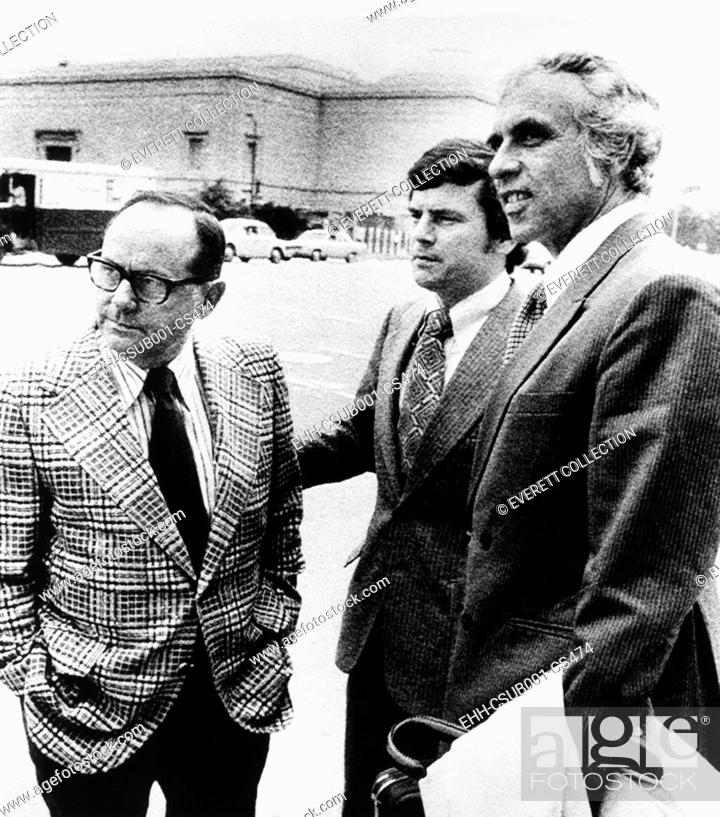 Imagen: Watergate burglar Bernard Barker (center) leaves federal court in Miami on Oct. 27, 1972. Barker and his attorneys failed to get charges dropped for money.