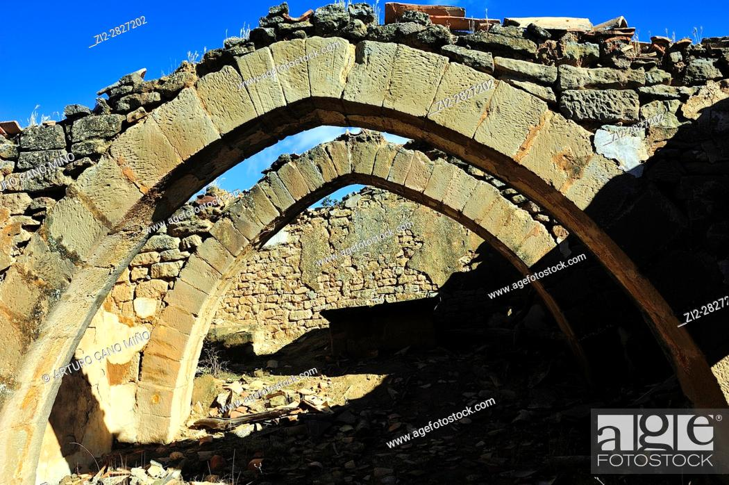 Imagen: The ruins of the medieval shrine of San Esteban. Pointed archs. Ayera, Loporzano, Huesca province, Aragon, Spain.