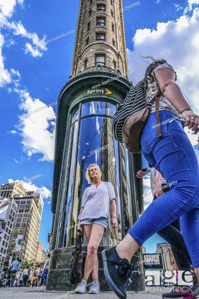 Imagen: New York, New York, Manhattan, USA Flatiron Building and woman.