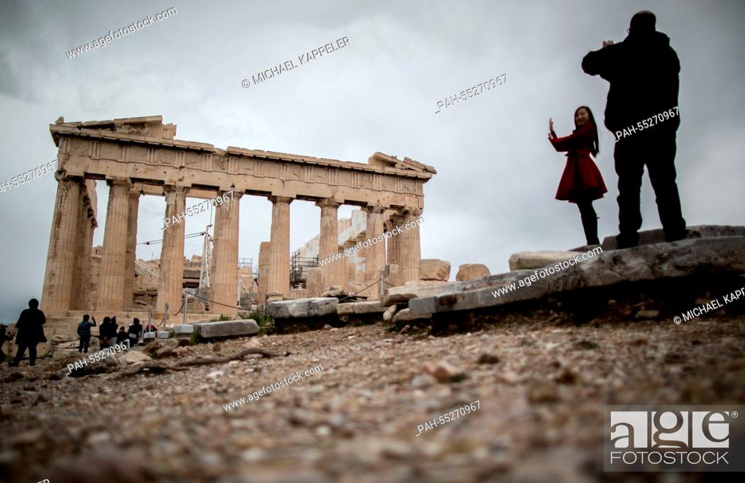 Imagen: Tourists visit the Acropolis in Athens, 24 January 2015. Greece's leftist, anti-austerity Syriza party and her leader Alexis Tsipras.