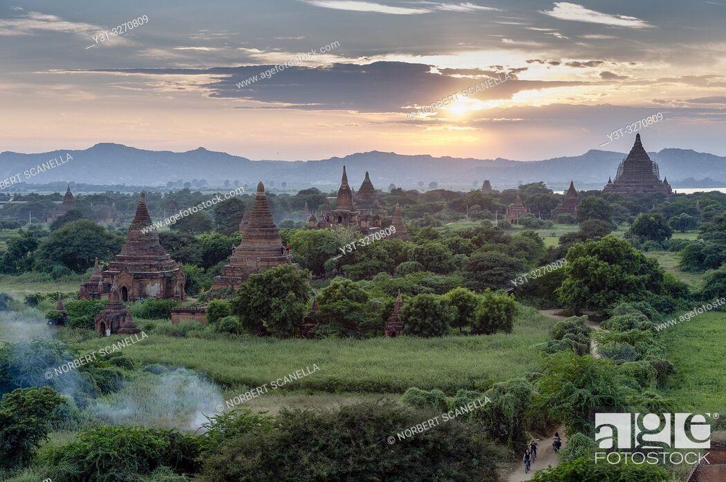 Photo de stock: Myanmar (ex Birmanie). Bagan, région de Mandalay. La plaine de Bagan / Myanmar (ex Birmanie). Bagan, Mandalay region. The plain of Bagan.