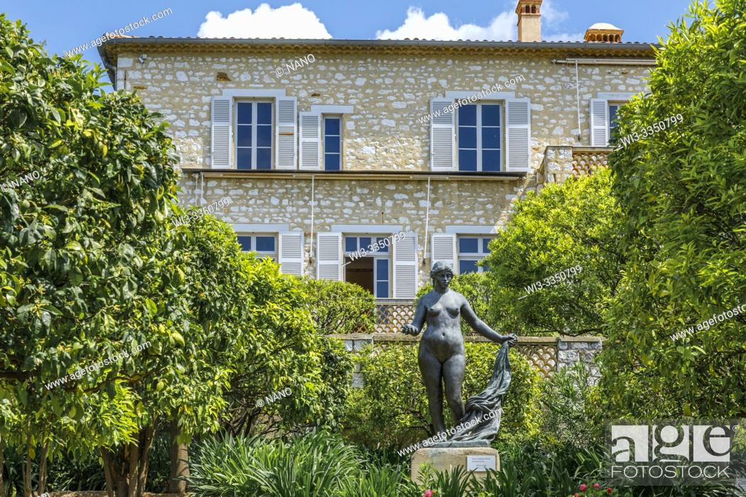 Stock Photo: France, Alpes Maritimes, Cagnes sur Mer, Domaine des Collettes, Renoir museum, sculpture Venus Victrix in front of the house sculpted by Richard Guino.
