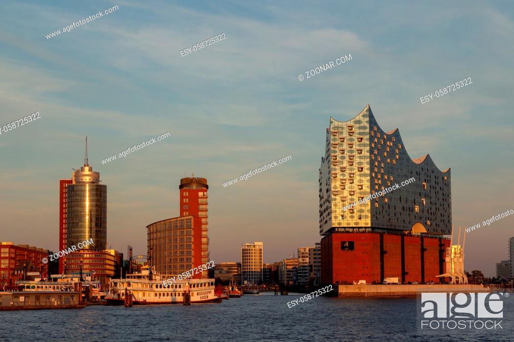 Imagen: Die Elbphilharmonie im Hamburger Hafen. Elbphilharmonie in the harbour of Hamburg, Germany in evening light.
