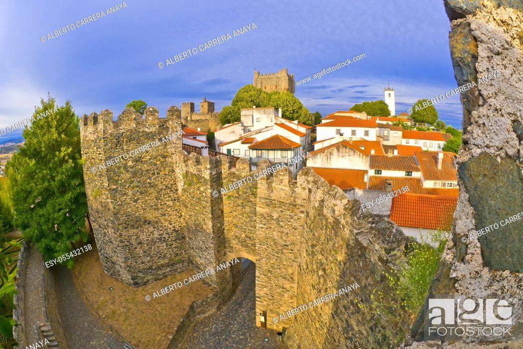 Imagen: 15th Century City Walls of Bragança, Bragança, Portugal, Europe.