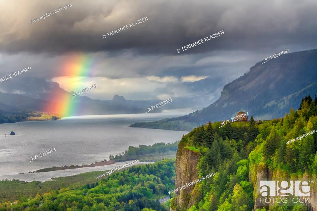 Imagen: A view down the Columbia River gorge with a rainbow near sunset, Oregon, USA.