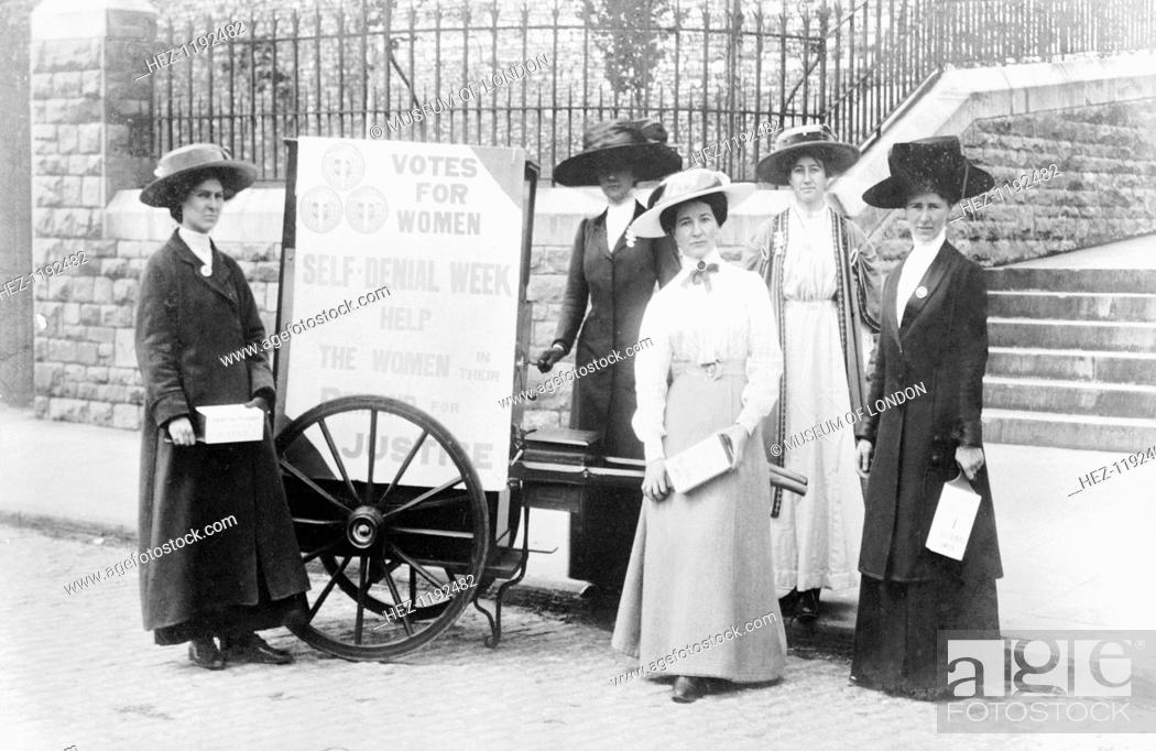 Photo de stock: Bristol suffragettes raising money during Self-Denial Week, 1910. From left to right: Edith West, Mary Allen, Miss Staniland, Elsie Howey and Mrs Dove-Willcox.