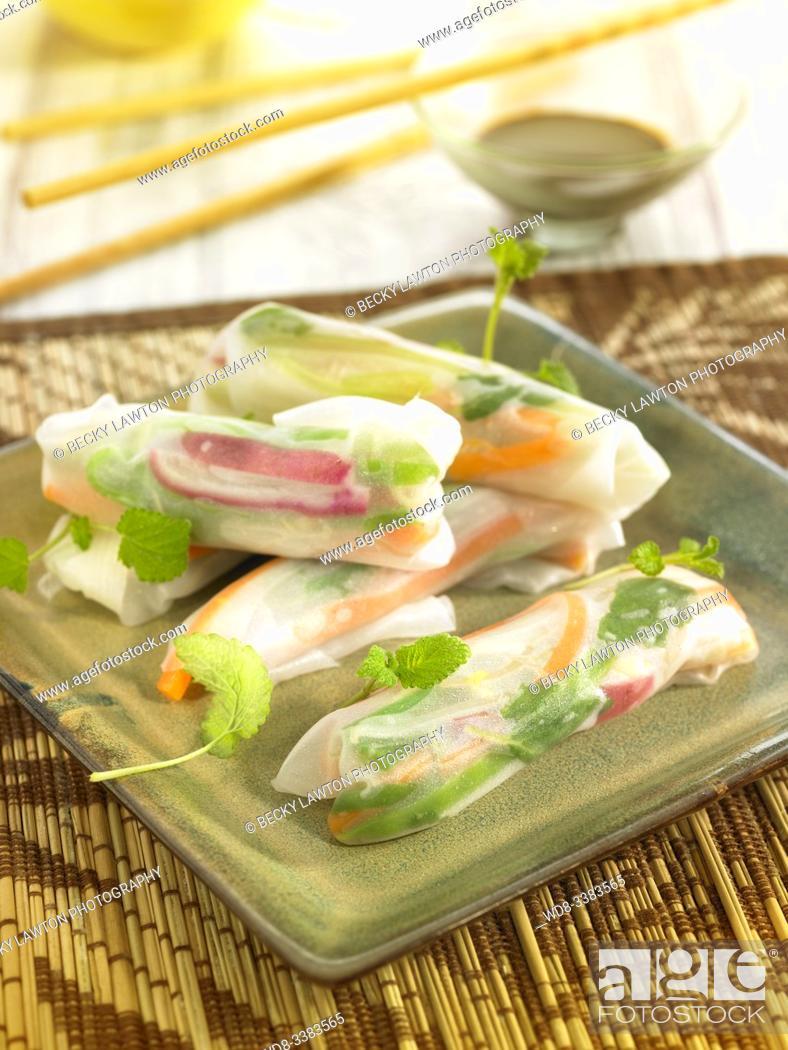 Imagen: rollos de primavera de verduras al vapor / steamed vegetable spring rolls.