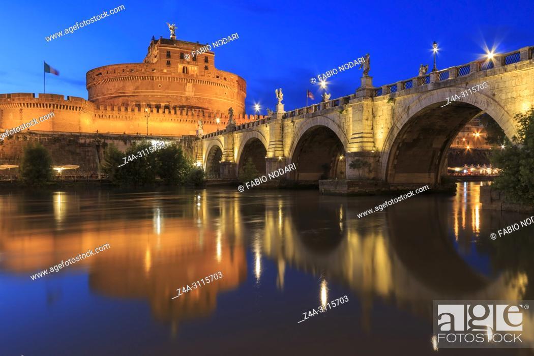 Imagen: Castel Santangelo in Rome reflected on the Tiber River at sunset.