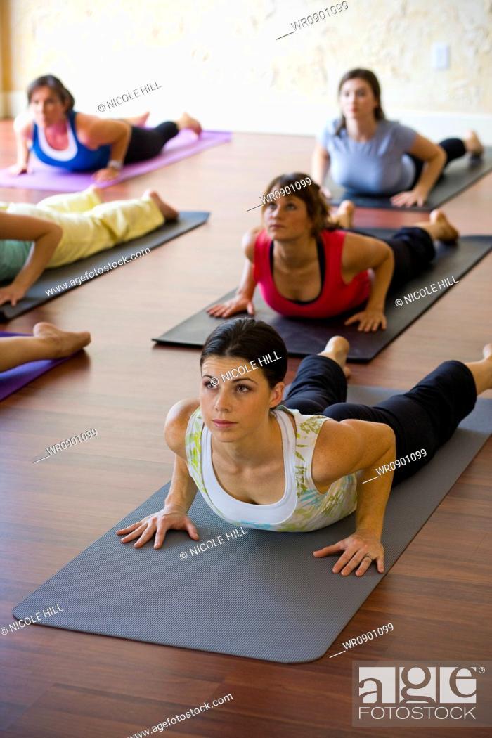 Imagen: Women at yoga class.