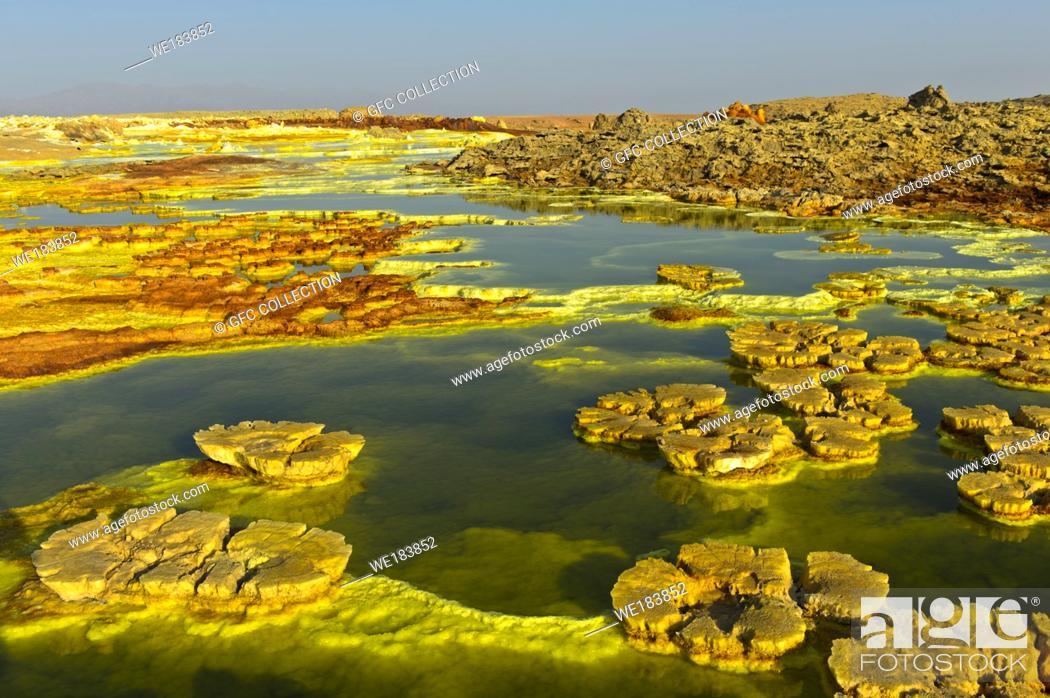 Photo de stock: Mushroom-like sulphure rock formations in an acid brine pool, geothermal field of Dallol, Danakil depression, Afar Triangle, Ethiopia.