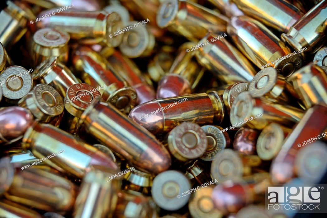 Photo de stock: 45 caliber bullets in ammo can up close, outdoor shooting range, Santa Clarita, California, USA.