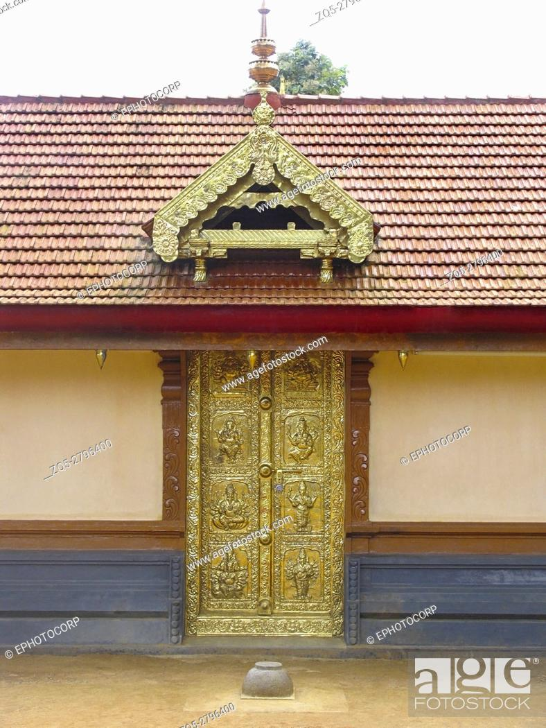 Imagen: Decorated door Bhagavathy Amman Temple, Nemmara, Palakkad, Kerala, India.