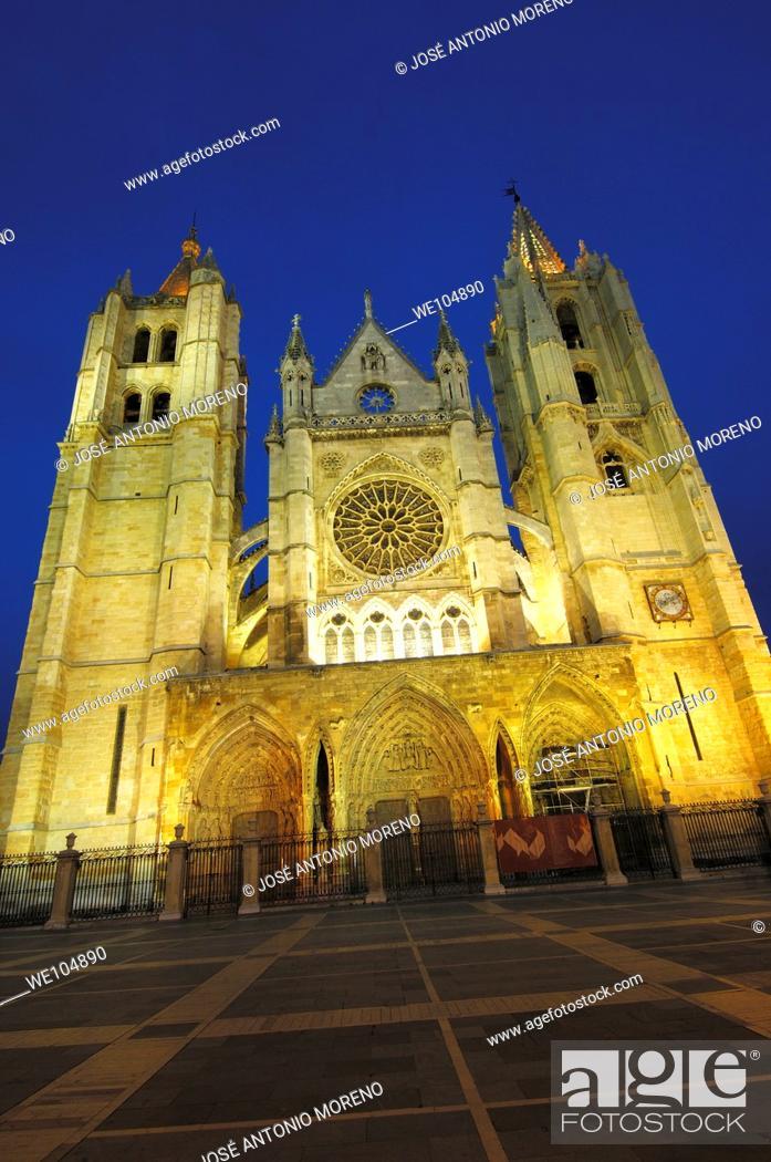 Stock Photo: Gothic cathedral of Santa Maria de Regla at night, Leon, Castilla-Leon, Spain.