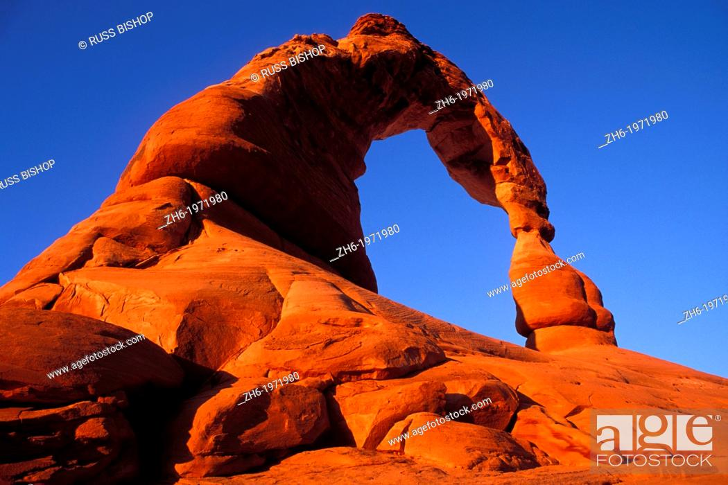 Photo de stock: Warm evening light on Delicate Arch, Arches National Park, Utah USA.