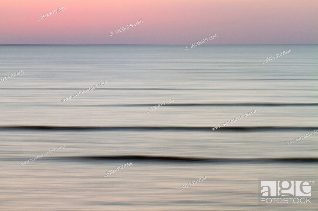 Imagen: France, Baie de Bourgneuf, 44, last waves at dusk.