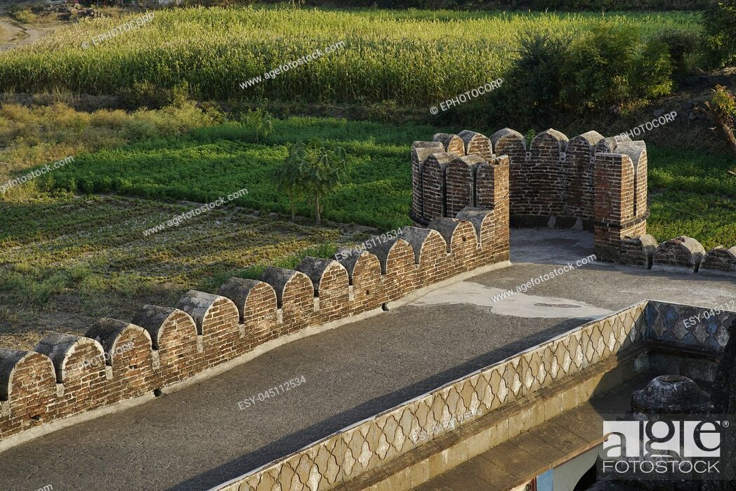 Imagen: Vitthal Temple at Palashi, Parner, Ahmednagar, view from top showing farms and fortification wall of the temple.