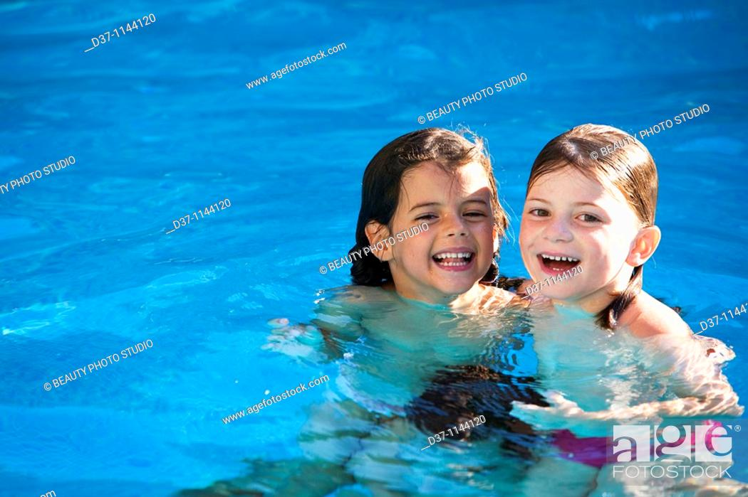 Imagen: Two caucasian girls in the swimming pool.