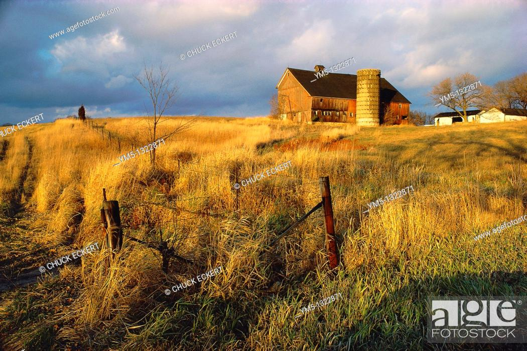 Stock Photo: Vintage barn in Northern Illinois with storm approaching.