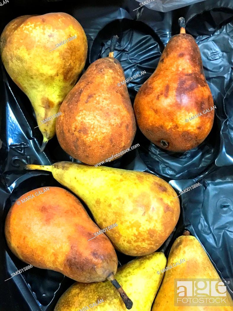 Imagen: Seven pears in a fruit box.