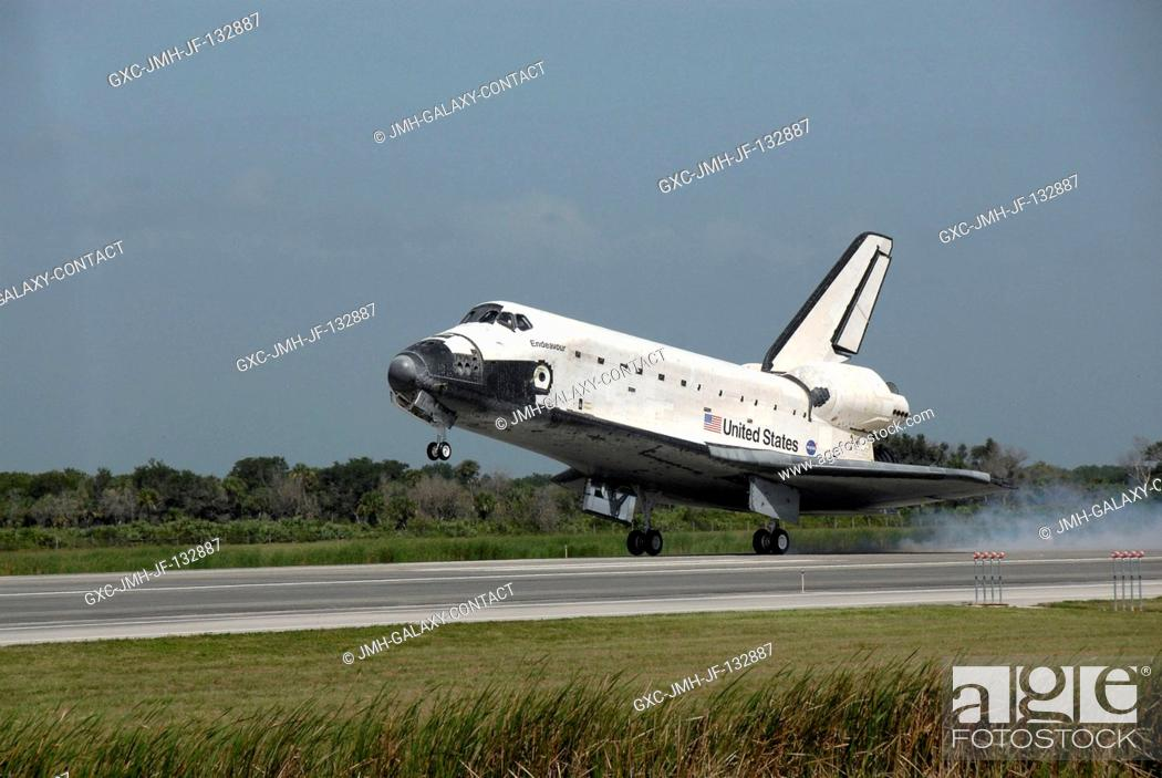 Imagen: Space Shuttle Endeavour approaches landing Runway 15 of the Shuttle Landing Facility at NASA's Kennedy Space Center, concluding the 16-day, 6.
