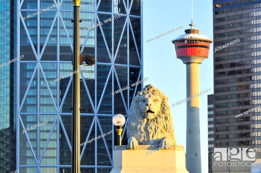 Photo de stock: The Calgary tower and stone lion on Centre St. bridge, downtown Calgary, Alberta, Canada.