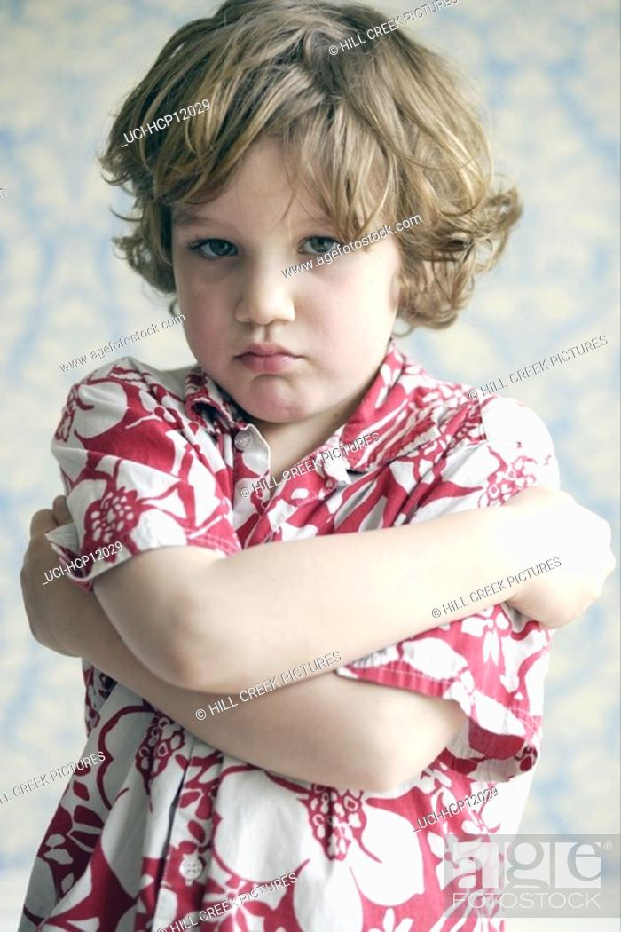 Imagen: Young boy with arms crossed.