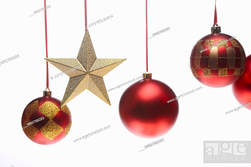 Imagen: The red Christmas ball decorations and gold star.