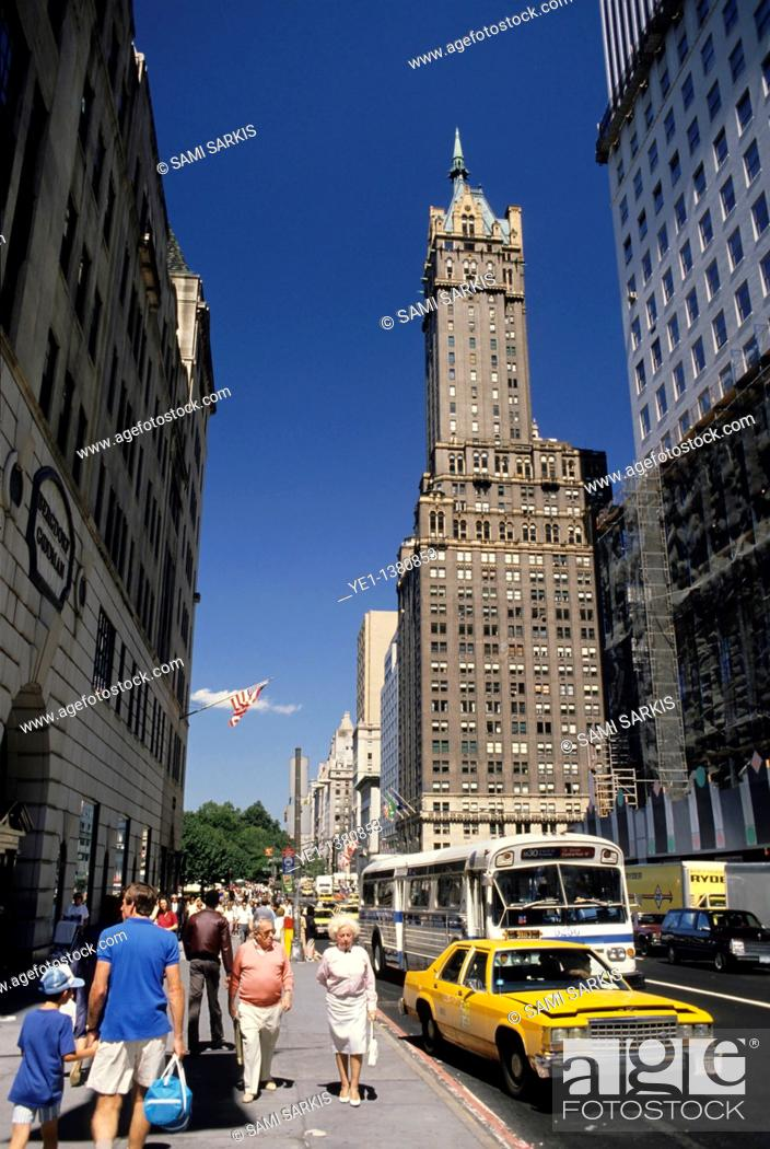 Stock Photo: People shopping in a street downtown with road traffic, Manhattan, New York, USA.