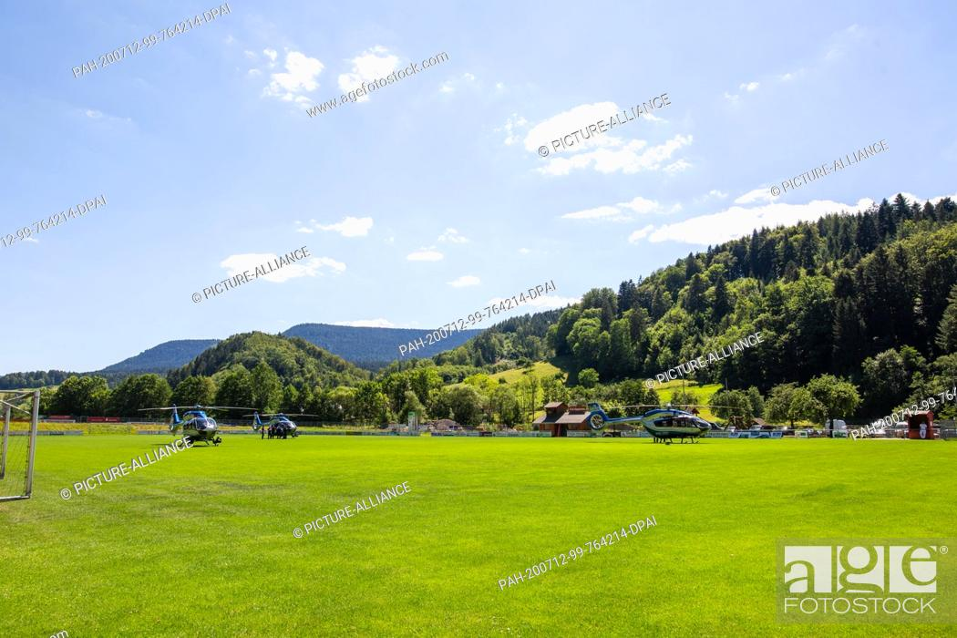 Imagen: 12 July 2020, Baden-Wuerttemberg, Oppenau: Three police helicopters are standing on a sports field near the community. A large police contingent has been.