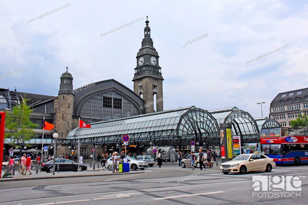 Stock Photo: Deutschland, Hamburg, 29.07.2018 Hamburg ist eine bedeutende norddeutsche Hafenstadt, die über die Elbe mit der Nordsee verbunden ist.