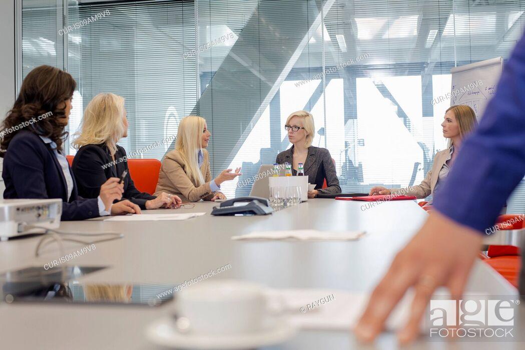 Imagen: Women having meeting in office.