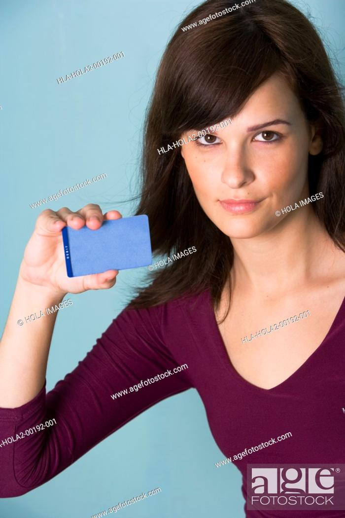 Imagen: Portrait of young woman with credit card.