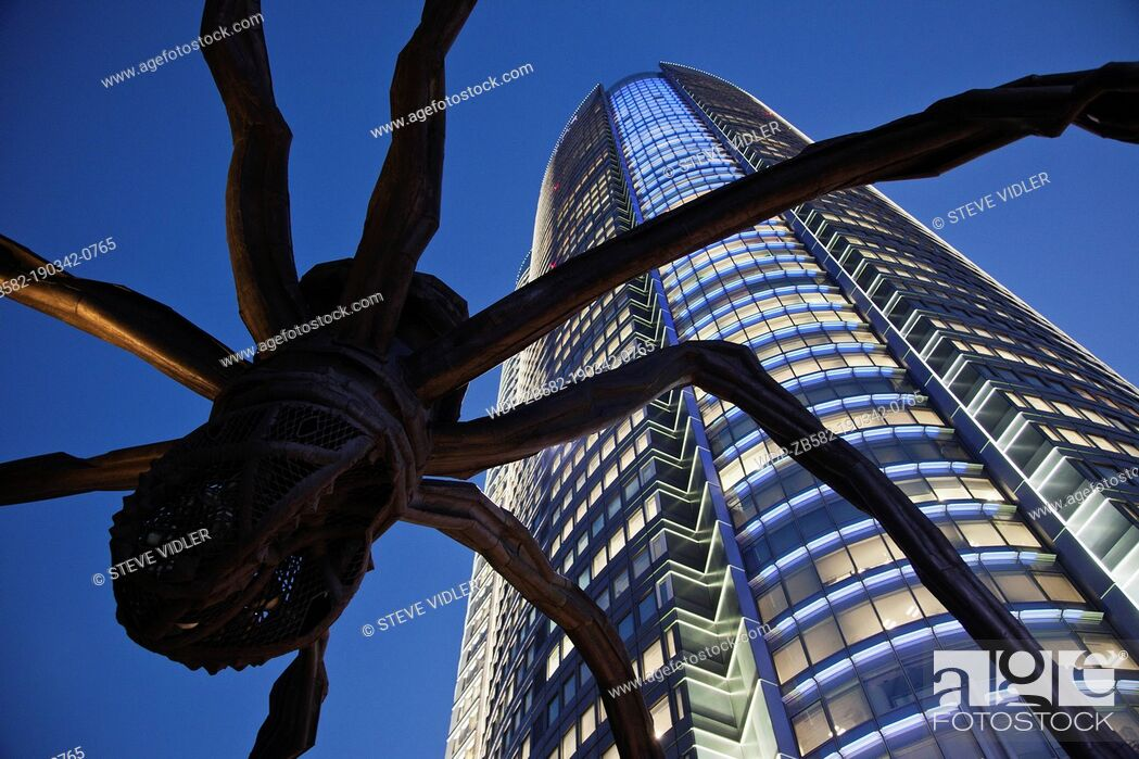 Imagen: Japan, Tokyo, Roppongi, Mori Tower and Maman Spider Sculpture.