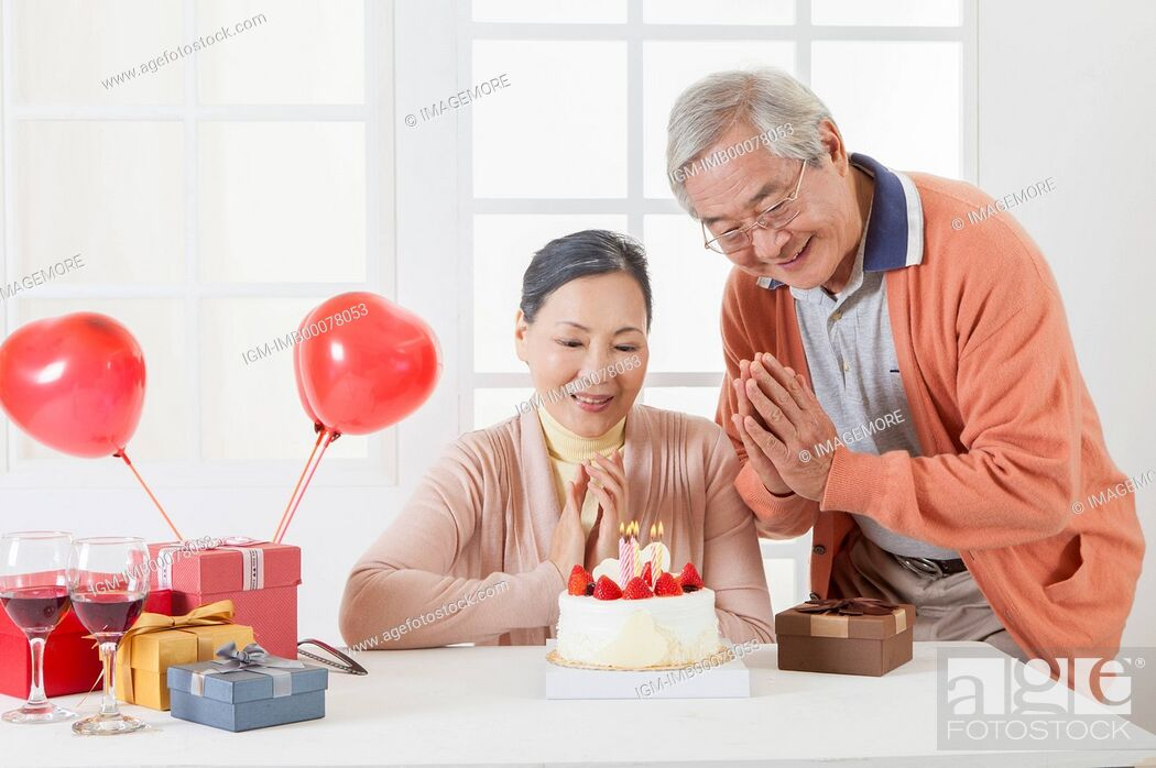 Imagen: Senior couple celebrating birthday and smiling happily,.