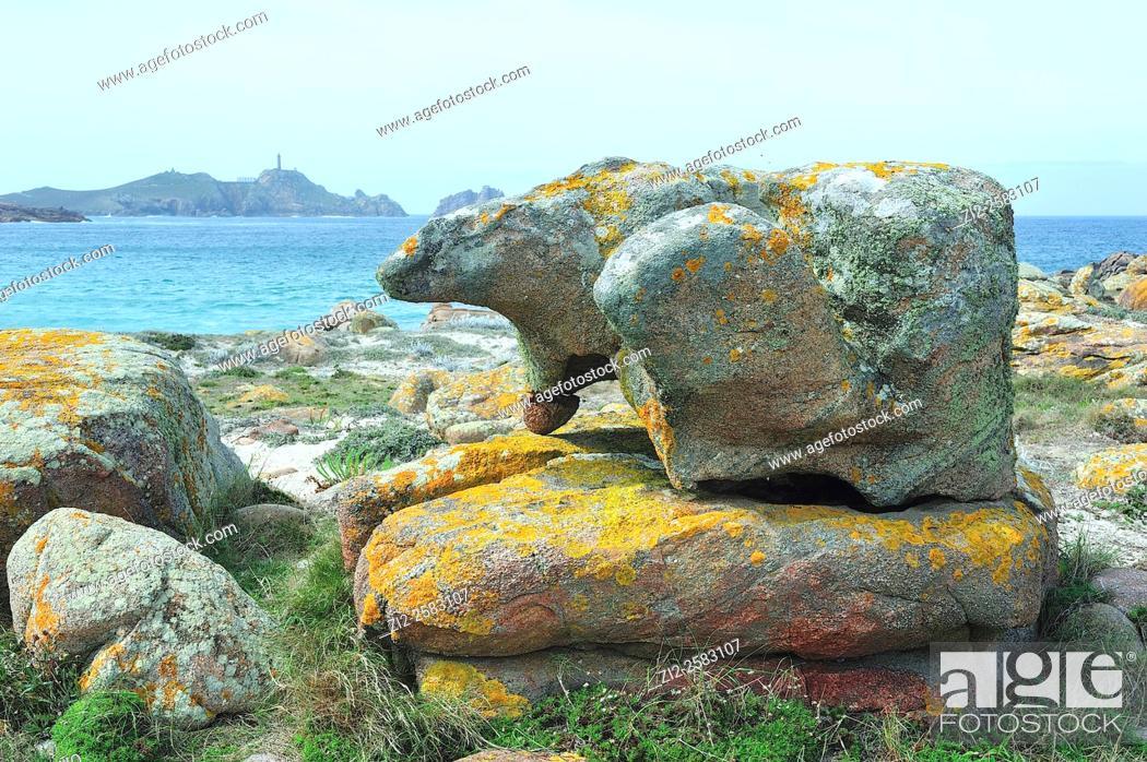 Imagen: The Stone of the Bear on the Costa da Morte, in the background is the Cape Vilan or Vilano. Camariñas, La Coruña, Spain.
