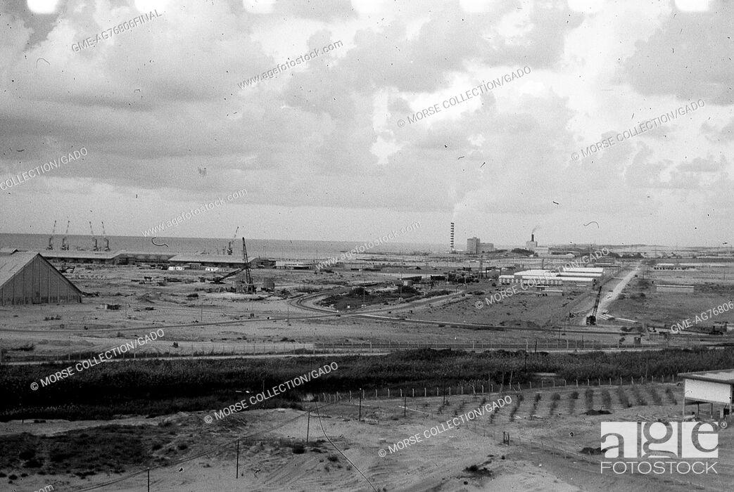 Imagen: View of buildings, smokestacks, cranes working, and roadways running through El Arish, Gaza, Israel, November, 1967.