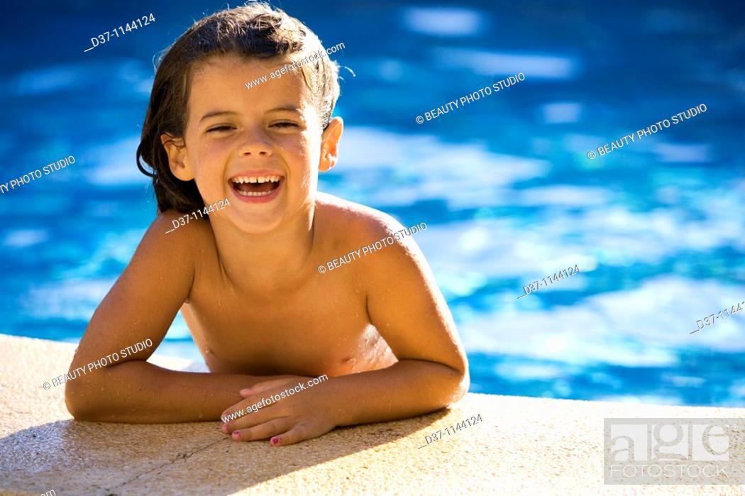 Imagen: Little caucasian girl in the swimming pool.