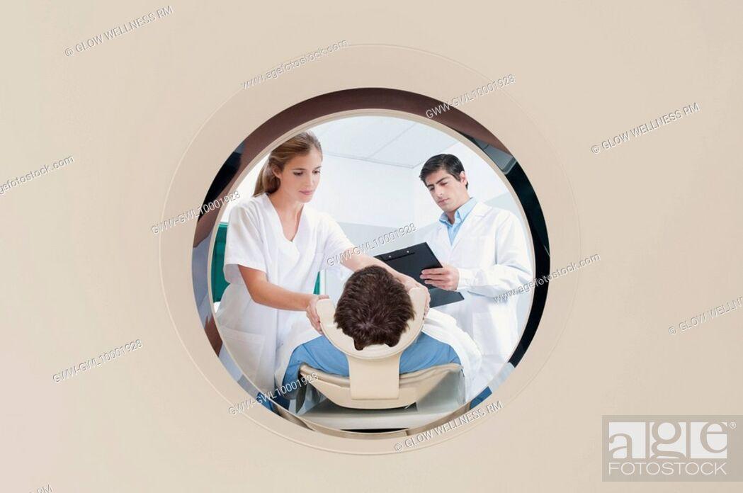 Imagen: Patient going through an MRI scan.