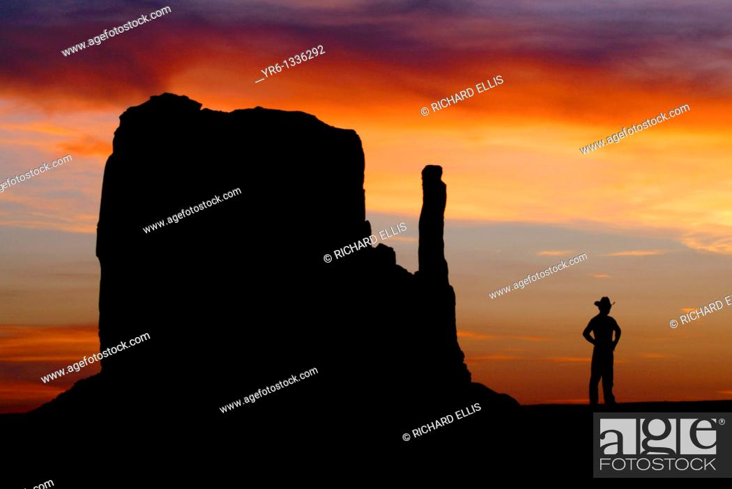 Imagen: A Cowboy watches the sunset over the Mittens in Monument Valley on the southern border of Utah with northern Arizona  The valley lies within the range of the.